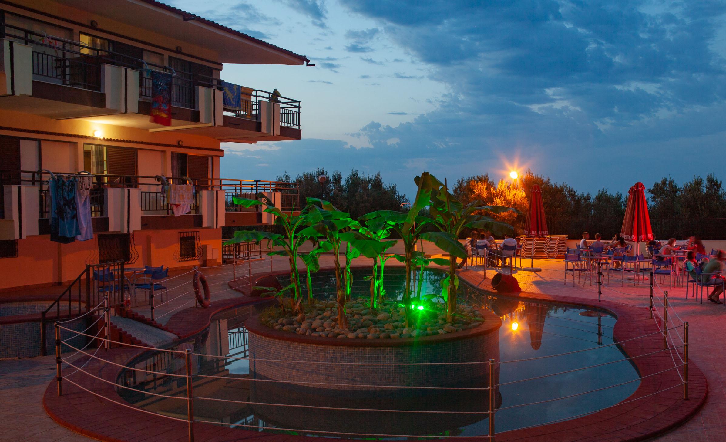 Το Villa Panorama κατά το 2017, νυχτερινή φωτογραφία
