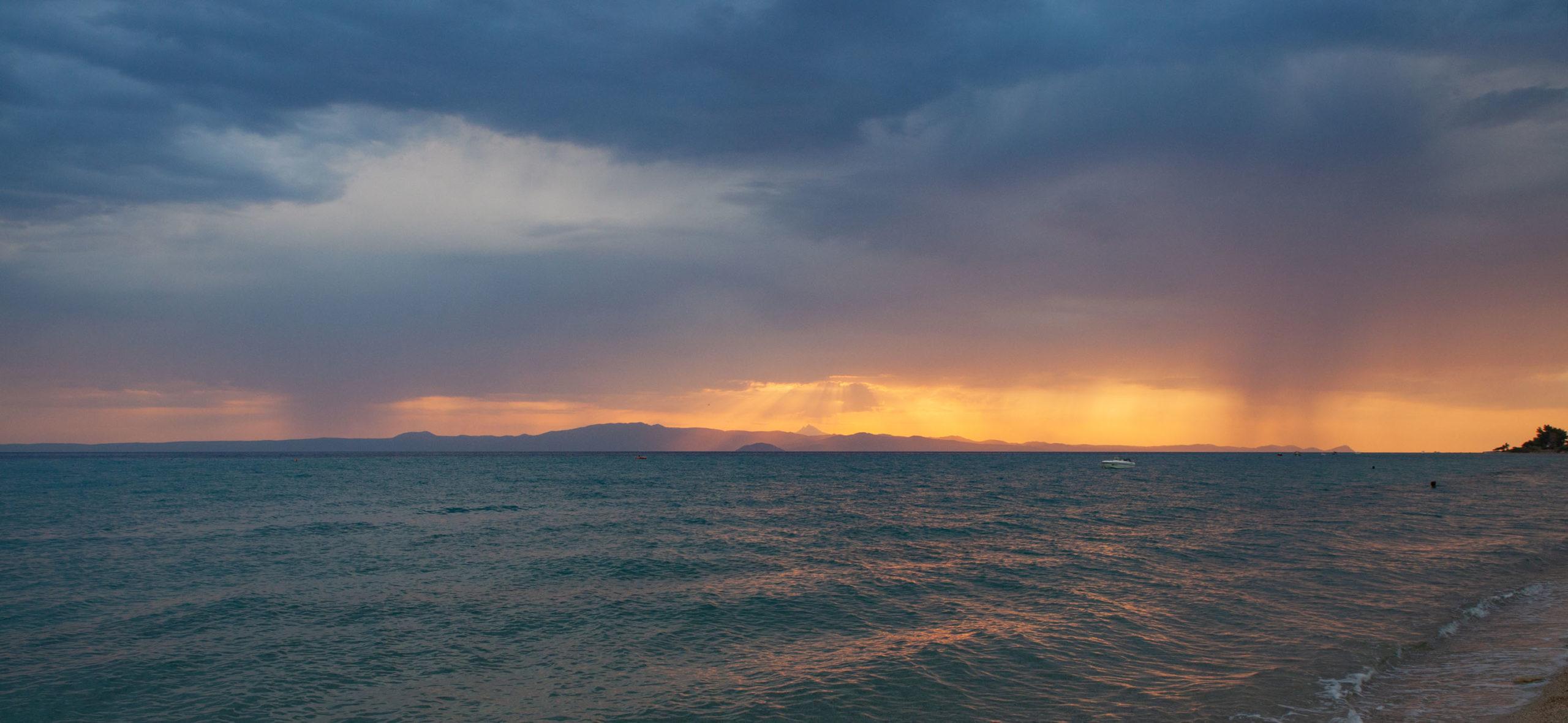 Θέα προς το Άγιο Όρος από τη παραλία του Πολυχρόνου.