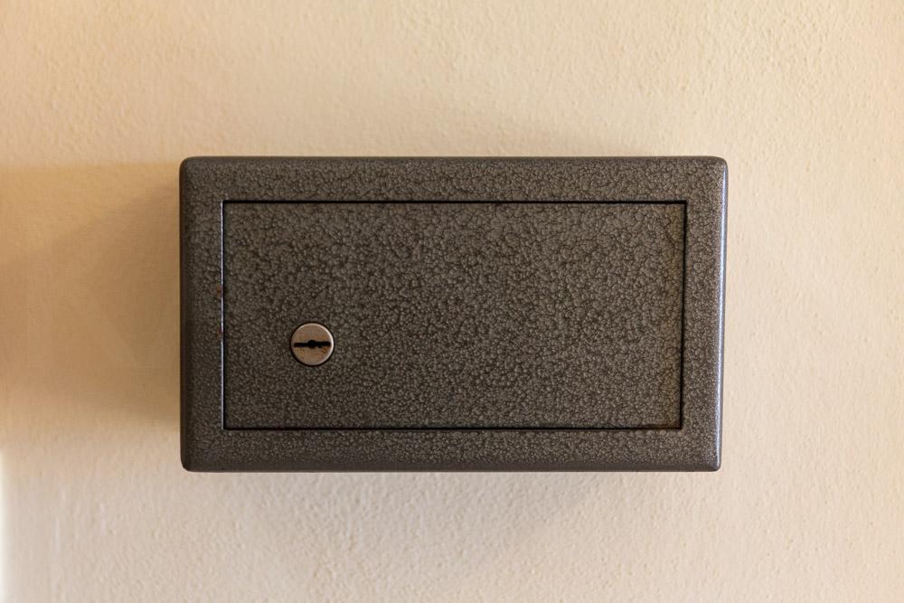Επιτοίχιο χρηματοκιβώτιο με κλειδί