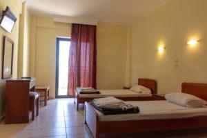Διπλό δωμάτιο με δύο μονά κρεβάτια
